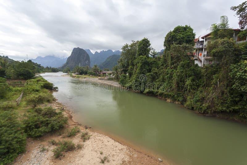 Vang Vieng è ad una città orientata a turismo nel Laos fotografia stock