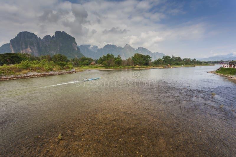 Vang Vieng è ad una città orientata a turismo nel Laos fotografia stock libera da diritti