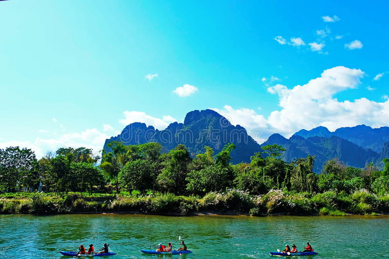 @Vang Vieng de la opinión del río imagen de archivo libre de regalías