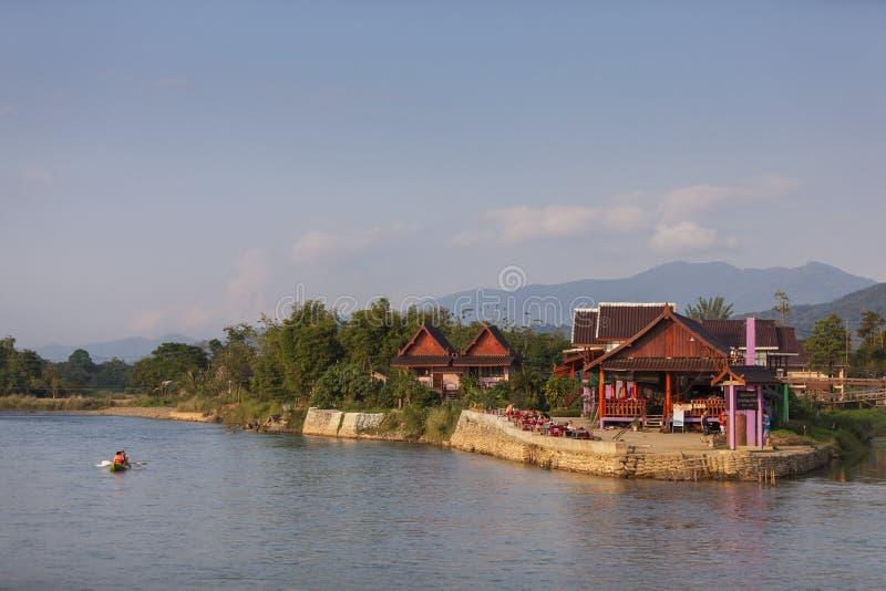 Vang Vieng es una ciudad turismo-orientada en Laos fotos de archivo