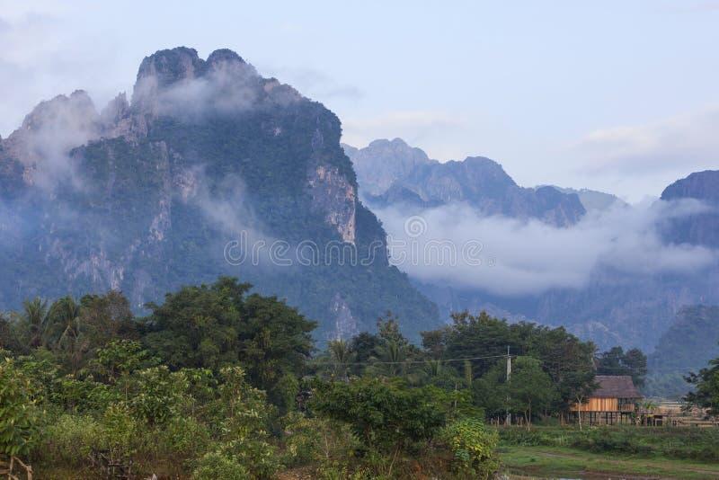 Vang Vieng ist eine Tourismus-orientierte Stadt in Laos lizenzfreies stockfoto