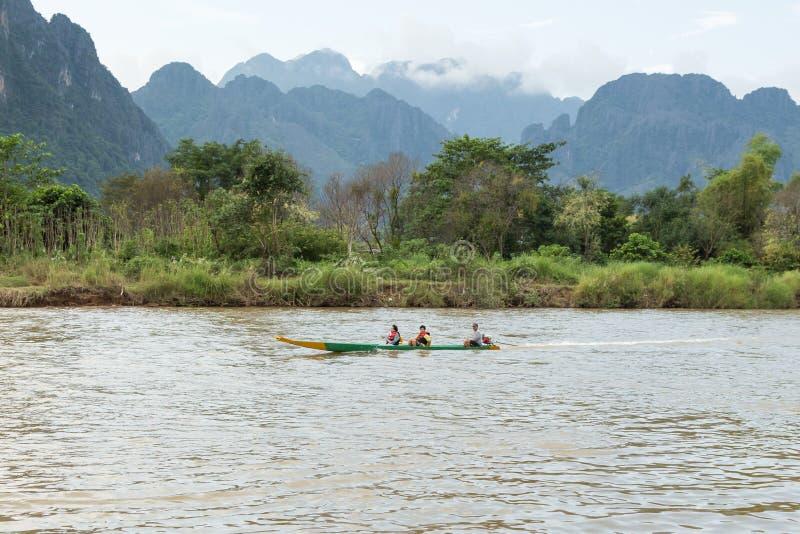 VANG VIENG, LAO P d r - 24 de octubre: Turistas no identificados fotos de archivo