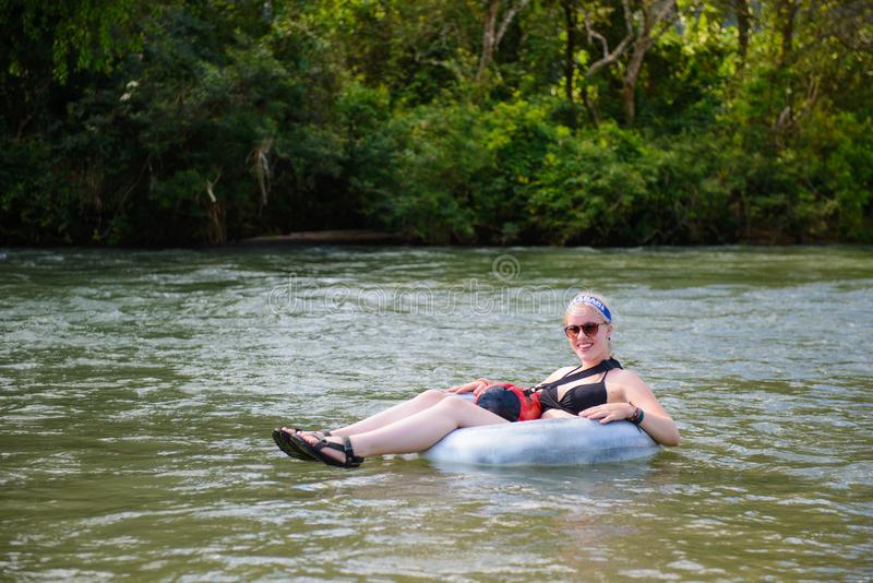 Vang Vieng Laos, Listopad, - 13, 2014: Turysta cieszy się tubing w Pieśniowej rzece przy Vang Viang, Laos zdjęcie royalty free