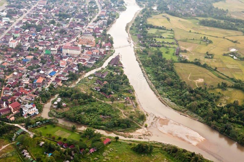 Vang Vieng, Laos, y alrededores: visión aérea desde el bal del aire caliente fotografía de archivo