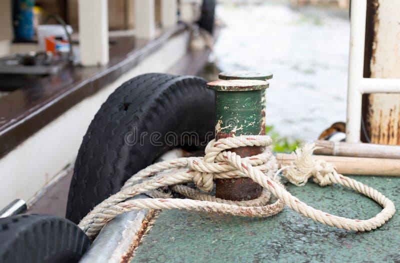 Vanglijn aan oude ijzer datcleats wordt gebonden royalty-vrije stock foto's