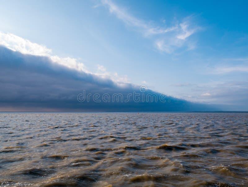 Vanguarda com as nuvens de tempestade da aproximação da parte dianteira do tempo frio fotos de stock royalty free