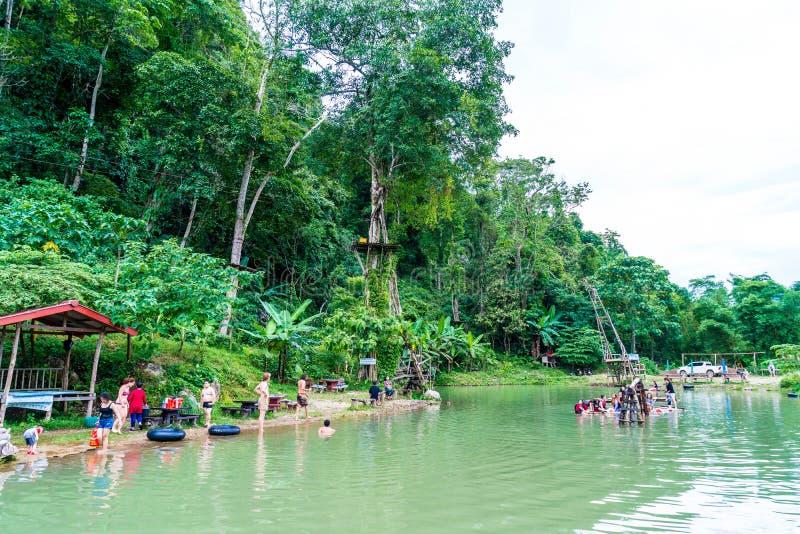 VANGVIENG, LAOS 13 de mayo de 2017: Los turistas gozan en la laguna azul imagenes de archivo