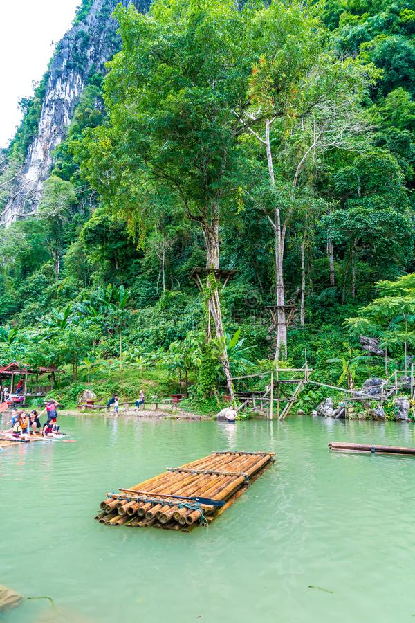 VANGVIENG, LAOS 13 de mayo de 2017: Los turistas gozan en la laguna azul foto de archivo