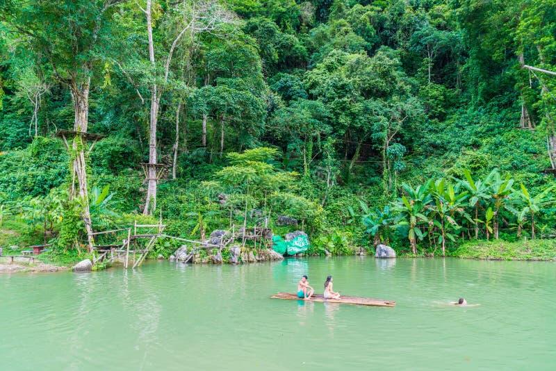 VANGVIENG, LAOS 13 de mayo de 2017: Los turistas gozan en la laguna azul fotografía de archivo