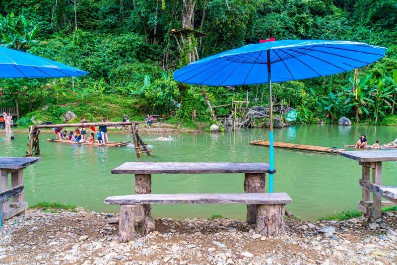 VANGVIENG, LAOS 13 de mayo de 2017: Los turistas gozan en la laguna azul fotos de archivo libres de regalías
