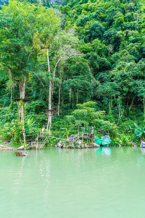 VANGVIENG, LAOS 13 de mayo de 2017: Los turistas gozan en la laguna azul fotos de archivo