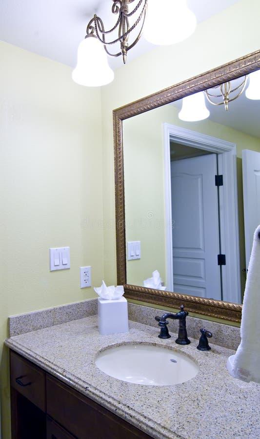 Vanidad lujosa y espejo del cuarto de baño del hotel imagen de archivo libre de regalías