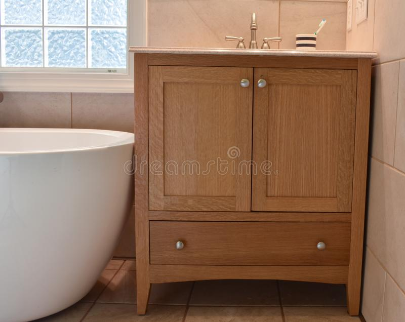 Vanidad remodelada del cuarto de baño fotografía de archivo