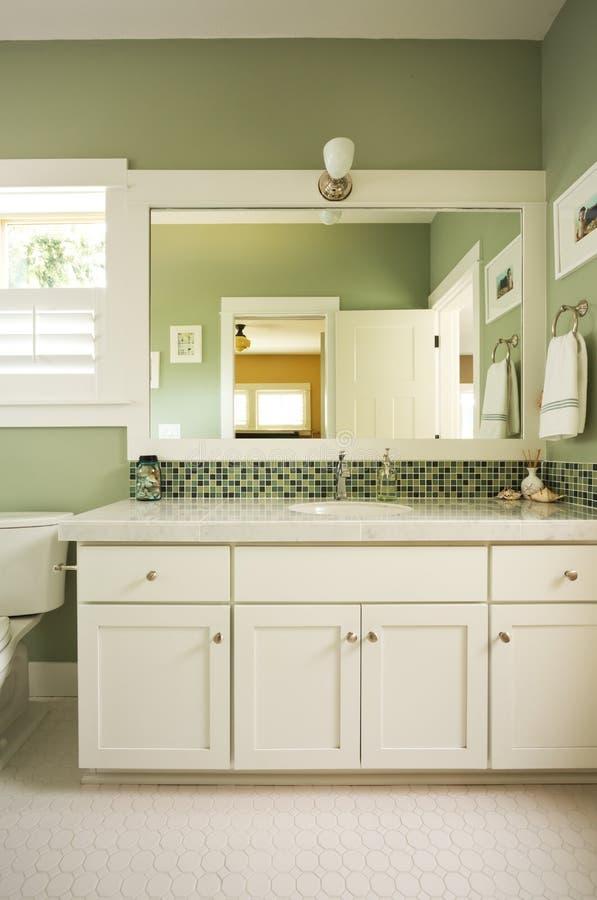 Vanidad y espejo del cuarto de baño fotografía de archivo