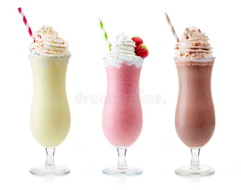 Vanilj-, jordgubbe- och chokladmilkshake arkivfoto