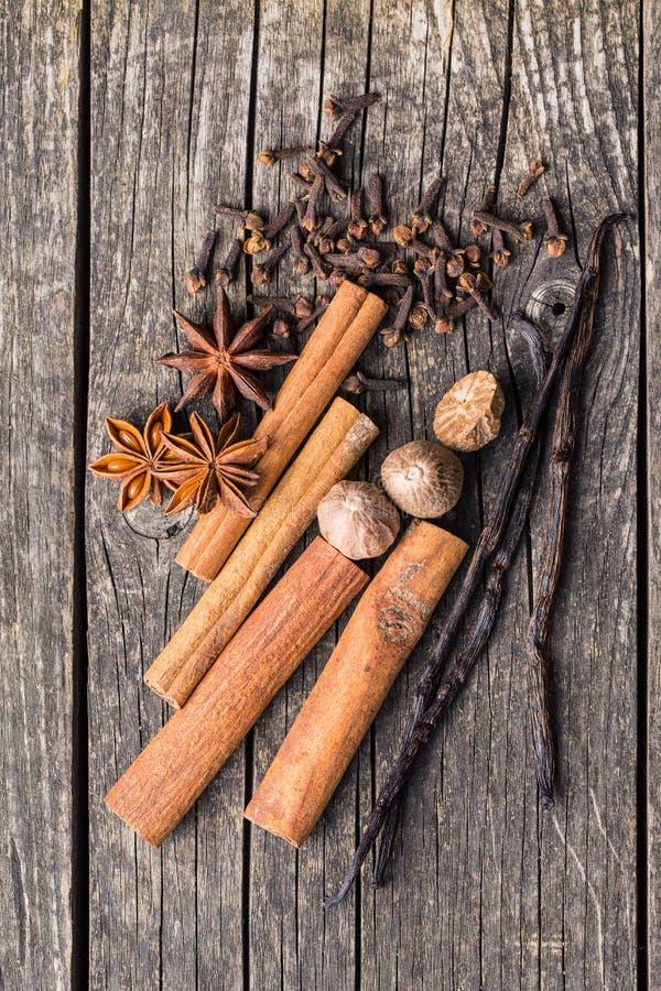 Vanilj-, kanel-, kryddnejlika-, muskotnöt- och anisstjärna arkivfoton
