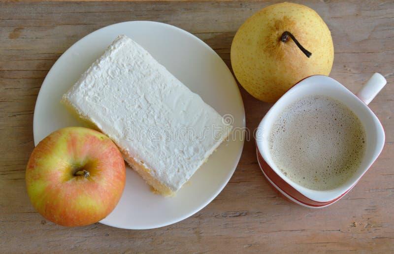 Vaniljanstrykning mjölkar den kräm- kakan och frukt med kaffe arkivfoton