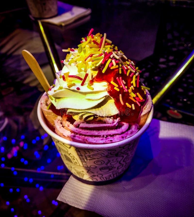 vaniljglass med färgrik toppning på den royaltyfria foton