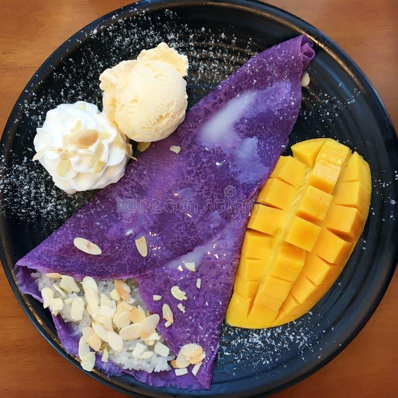 Vaniljglass med mango, piskar kräm- som tjänas som med bananen, cho royaltyfri bild