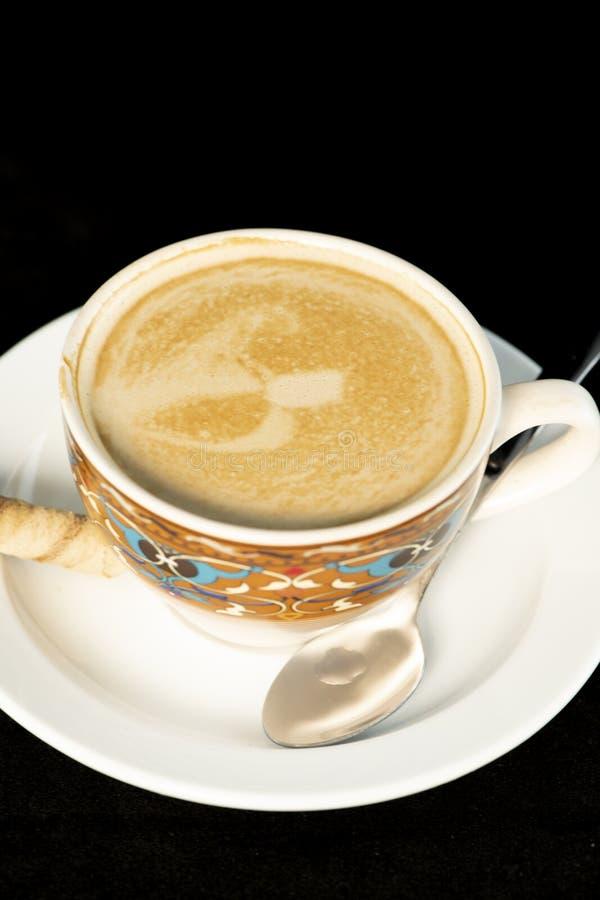 Vaniljlattekaffe med rånrullar med isolerad svart bakgrund arkivbild