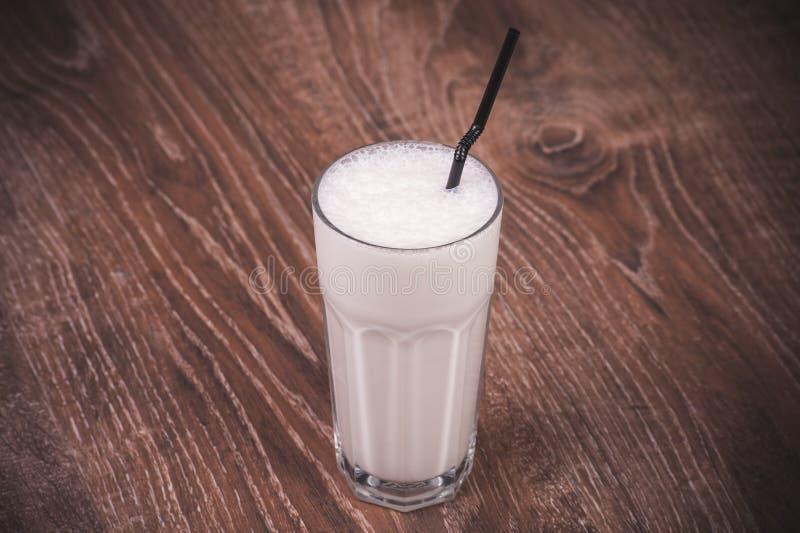 Vaniljmilkshake med sugrör fotografering för bildbyråer