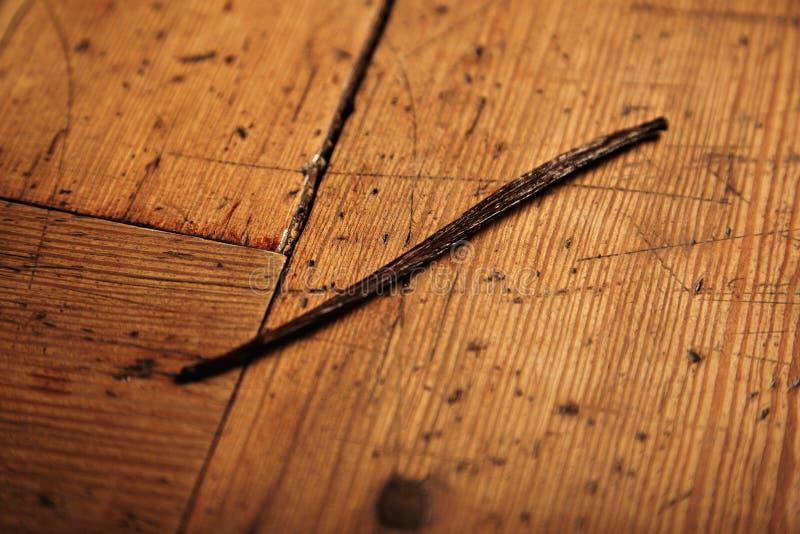 Vaniljpinne som isoleras på trätabellen arkivbild
