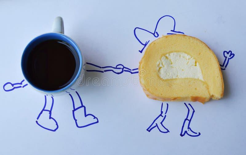 Vaniljrullkaka med koppen för ny kräm och för svart kaffe royaltyfri bild