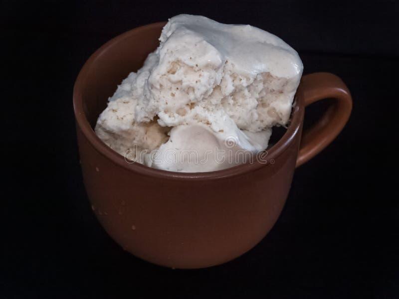 Vanilla Ice CreamVanilla glass i en brun keramisk krugke royaltyfria foton