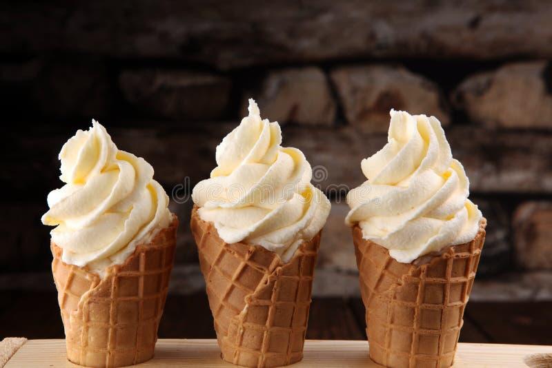 Vanille bevroren yoghurt of zacht roomijs in wafelkegel stock fotografie