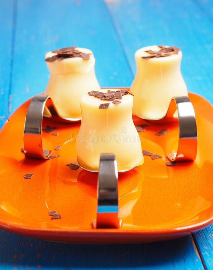 Vanille douce puding avec des flocons de chocolat images libres de droits