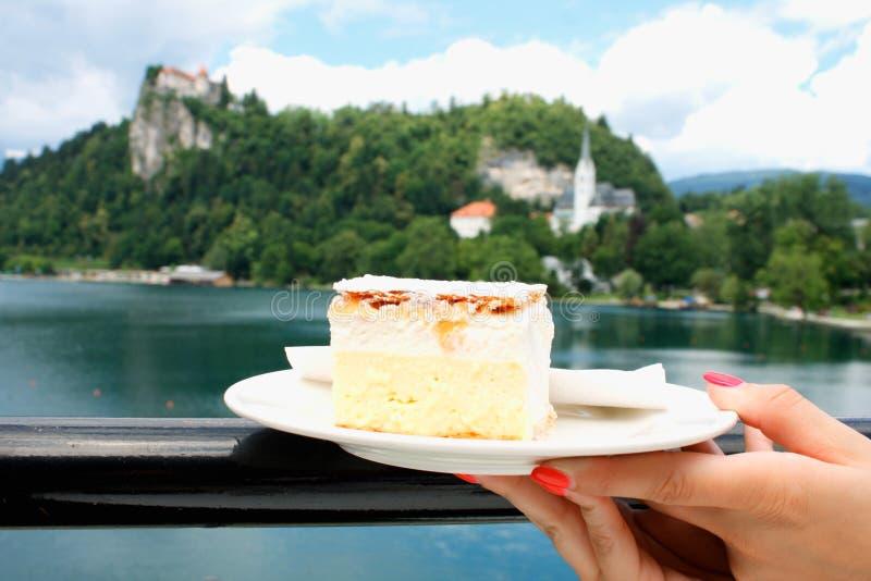 Vanille en vlaroomcake op Afgetapt meer in Slovenië stock afbeeldingen
