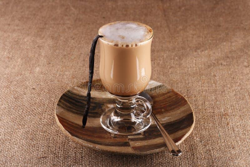 Vanille Latte de café avec l'haricot en glace grande photographie stock libre de droits