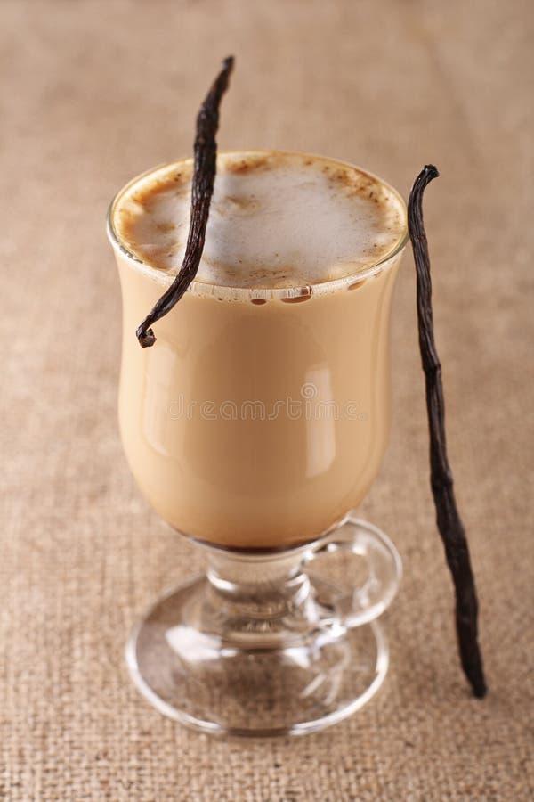 Vanille Latte de café avec la toile de jute d'haricot photos libres de droits