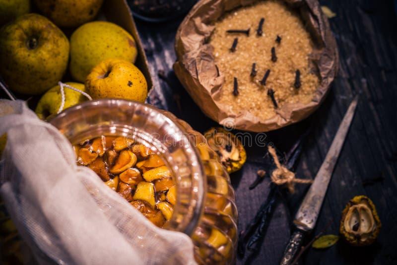 Vanille W de clous de girofle de sucre de coing de brindilles de fruits de teintures d'ingrédients images libres de droits