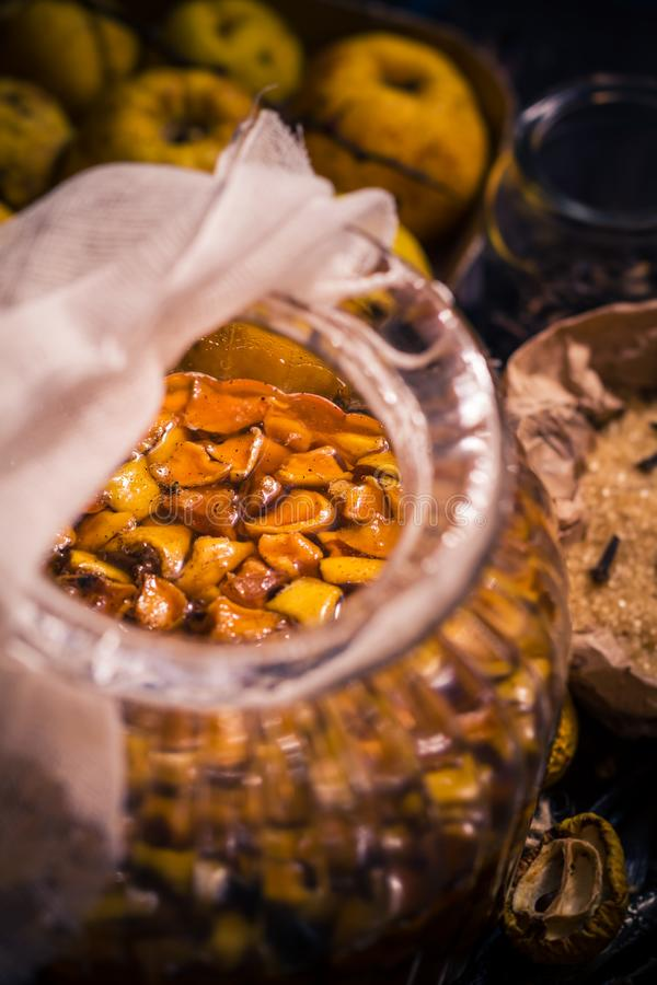 Vanille W de clous de girofle de sucre de coing de brindilles de fruits de teintures d'ingrédients images stock