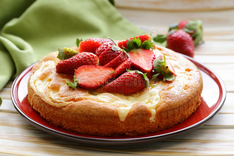 Download Vanillecake Met Verse Aardbeien Stock Foto - Afbeelding bestaande uit koekje, up: 39108840