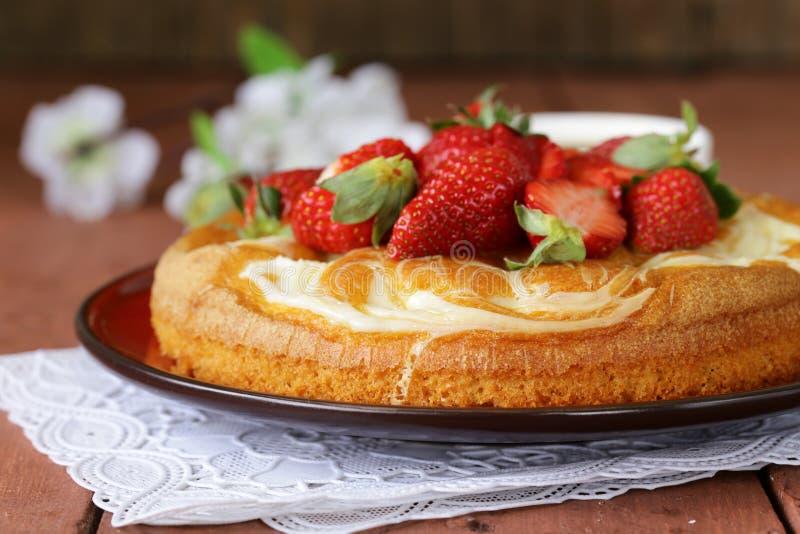 Download Vanillecake Met Verse Aardbeien Stock Afbeelding - Afbeelding bestaande uit houten, smakelijk: 39109225