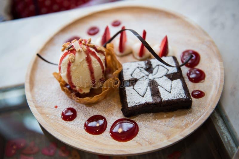 Vanilleeis und Schokoladenkuchen stockfoto