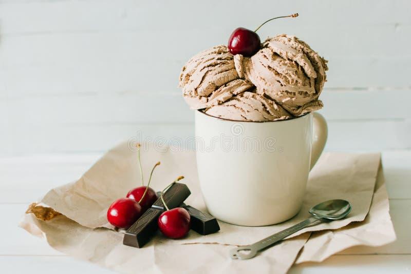 Vanilleeiscremebecher-Eiscreme mit süßer Kirsche und Schokolade in der Schale lizenzfreie stockbilder