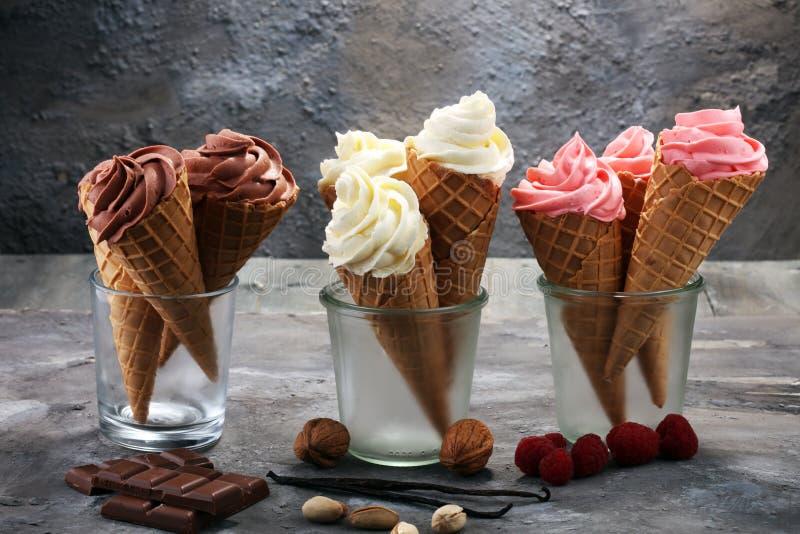Vanillegefrorener joghurt oder -Softeis im Waffelkegel stockbilder