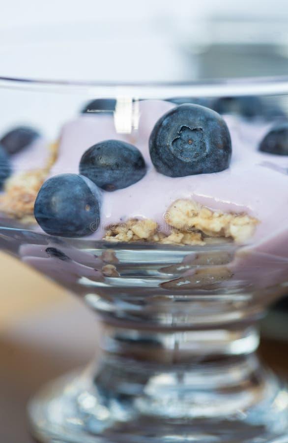 Vanillejoghurt mit frischen Blaubeeren zum Frühstück stockfotografie