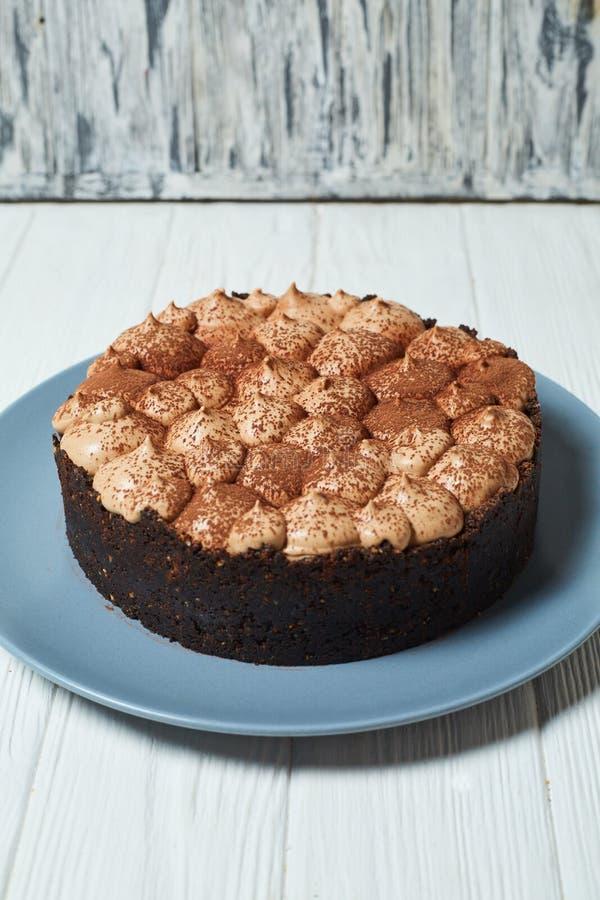 Vanillek?sekuchen mit Milchschokoladecreme und -kakao stockfotos