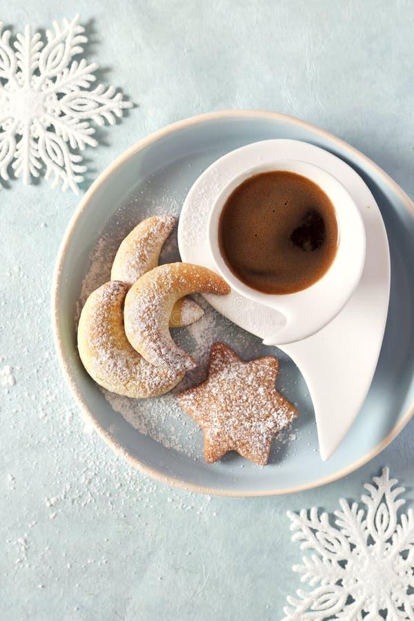 Vanillekipferl och kanelbruna kakor Julkakor och kopp kaffe royaltyfria foton