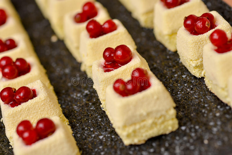 Vanillekuchen mit roten Früchten stockbilder