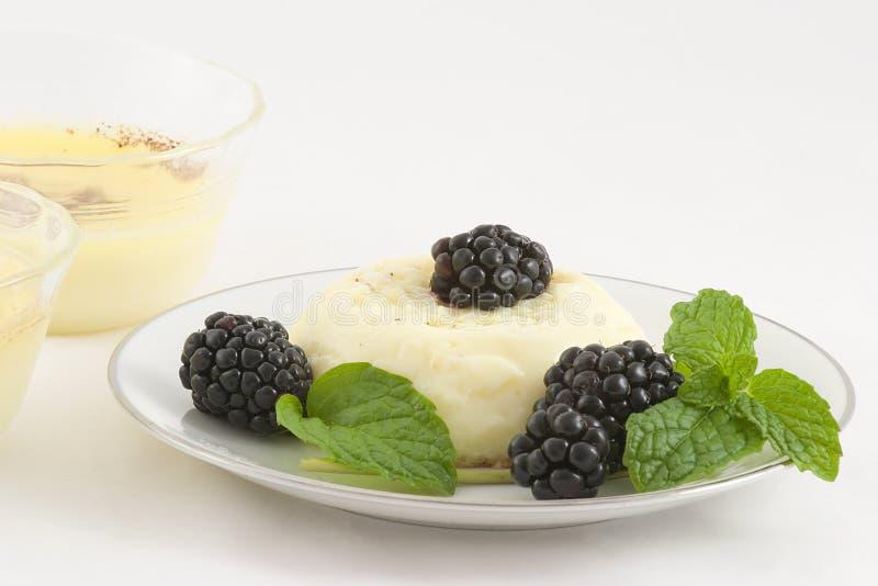 Vanillepudding-Nachtisch, Brombeeren lizenzfreies stockbild