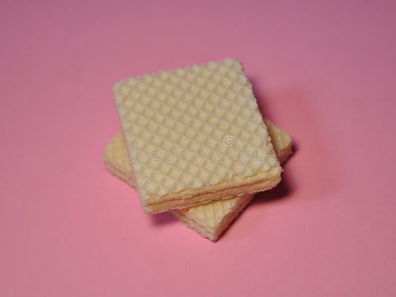 Vanillewafeltje op roze achtergrond wordt geïsoleerd die royalty-vrije stock afbeeldingen