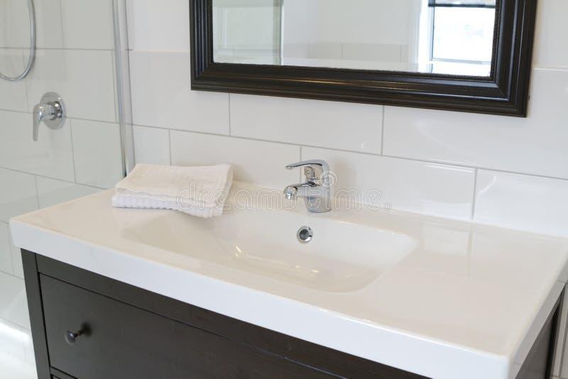 Vanità nera e specchio della stanza da bagno fotografia stock