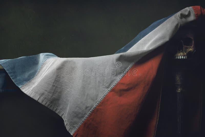 Vanitas du drapeau français avec le crâne humain images stock