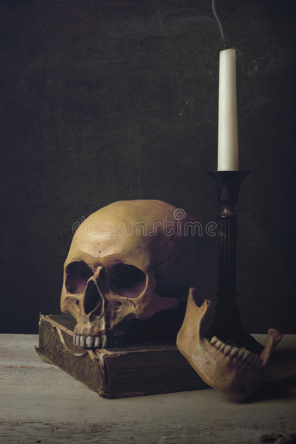 Vanitas z czaszką, książką i świeczką, fotografia stock