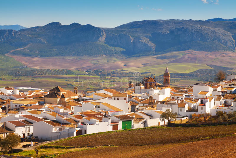 Vanlig andalusian stad i vinter Verklig Canete la royaltyfria bilder